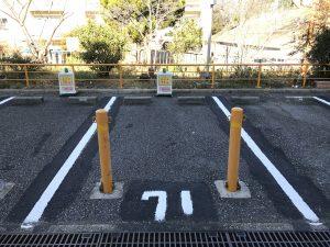 駐車スペースには目印にコーンが設置されている